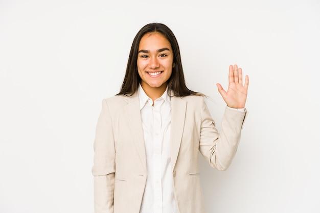 Młoda kobieta na białym tle uśmiechnięty wesoły pokazując numer pięć palcami.
