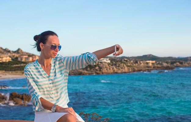 Młoda kobieta na brzegu morza podczas letnich wakacji