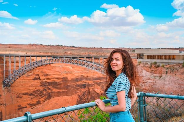 Młoda kobieta na czerwonych skałach podziwia widok glen canyon dam arizona