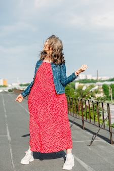 Młoda kobieta na dachu domu
