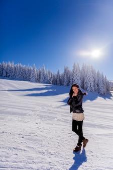 Młoda kobieta na ferie zimowe