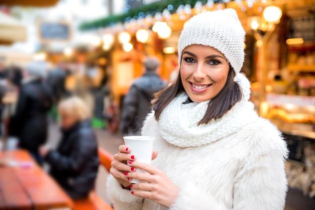 Młoda kobieta na jarmarku bożonarodzeniowym