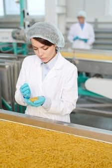 Młoda kobieta na linii produkcyjnej