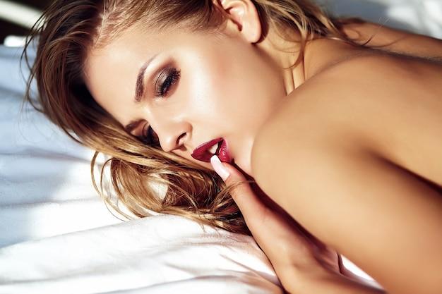 Młoda kobieta na łóżku w nocy