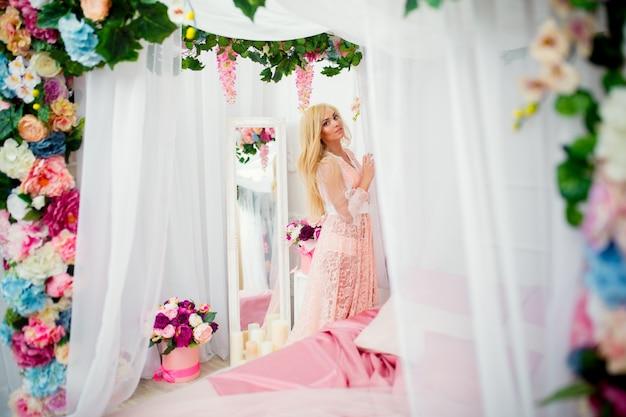 Młoda kobieta na łóżku z kwiatami