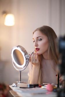 Młoda kobieta na makijaż