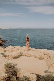 Młoda kobieta na plaży na pięknym morzu broni w powietrzu na plaży