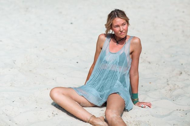 Młoda kobieta na plaży z białym piaskiem