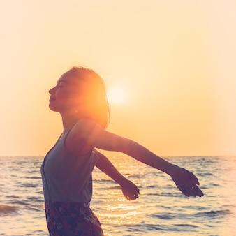 Młoda kobieta na plaży
