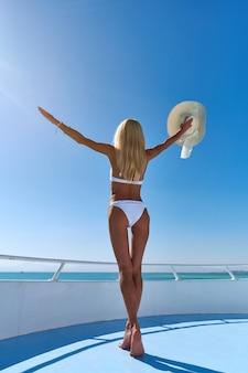 Młoda Kobieta Na Pokładzie łodzi Na Otwartym Morzu W Słoneczny Letni Dzień Premium Zdjęcia