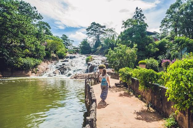 Młoda kobieta na powierzchni pięknego wodospadu camly w mieście da lat,