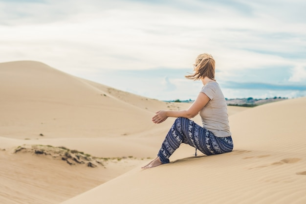 Młoda kobieta na pustyni, mui ne, wietnam