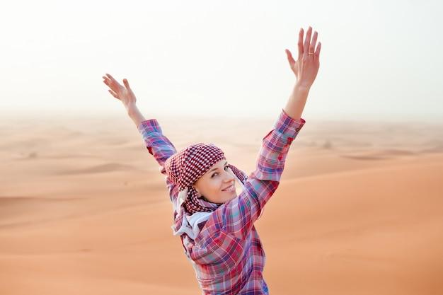 Młoda kobieta na pustyni