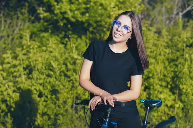 Młoda kobieta na rowerze w przyrodzie