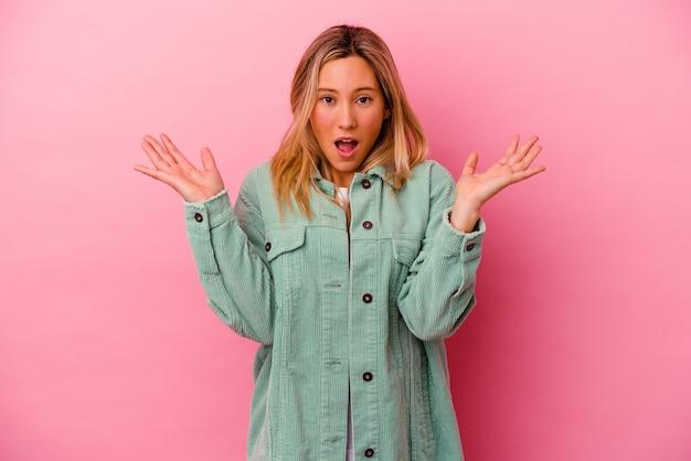Młoda Kobieta Na Różowej ścianie Zaskoczona I Zszokowana Premium Zdjęcia