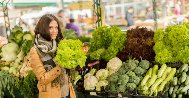 Młoda kobieta na rynku