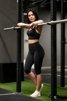 Młoda kobieta na siłowni