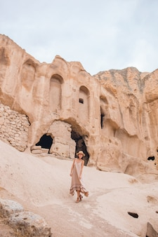 Młoda kobieta na skraju kanionu w kapadocji