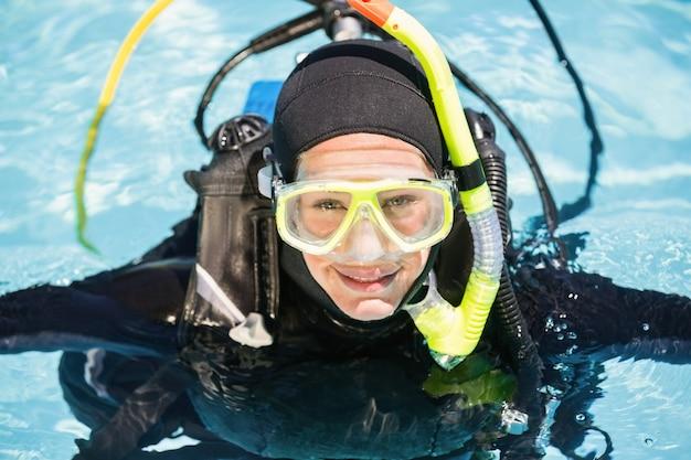 Młoda kobieta na szkolenie nurkowania