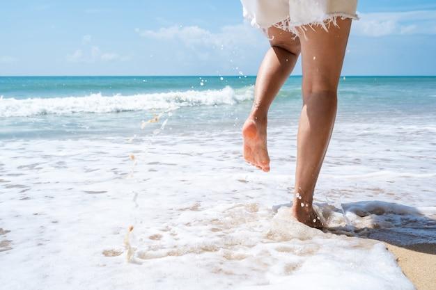 Młoda kobieta na tropikalnej plaży w słoneczny dzień