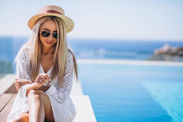 Młoda kobieta na wakacje przy basenem