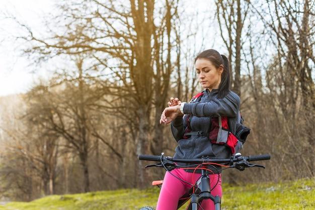 Młoda kobieta na wycieczce z jej bicyklem