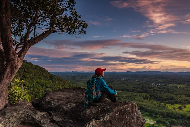 Młoda kobieta na wycieczkę górską