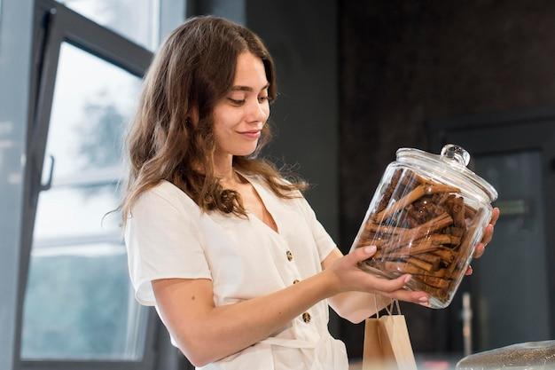 Młoda kobieta na zakupy produktów bio