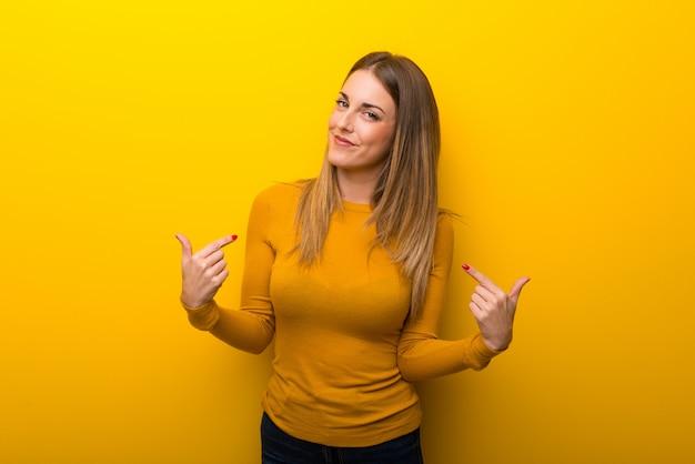 Młoda kobieta na żółty dumny i zadowolony z siebie pojęcie miłości