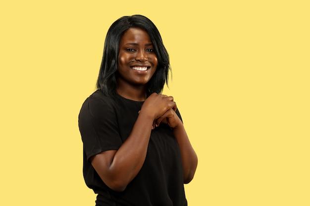 Młoda kobieta na żółtym studio