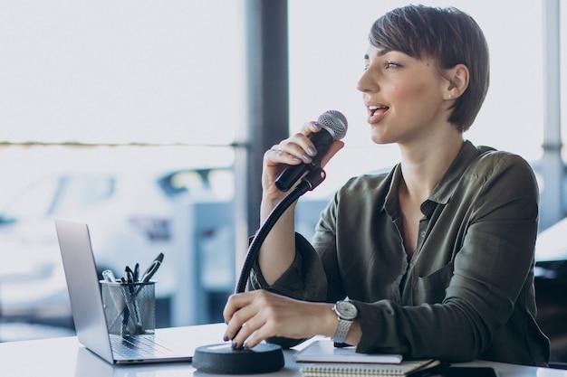 Młoda kobieta nagrywanie głosu działającego w studio