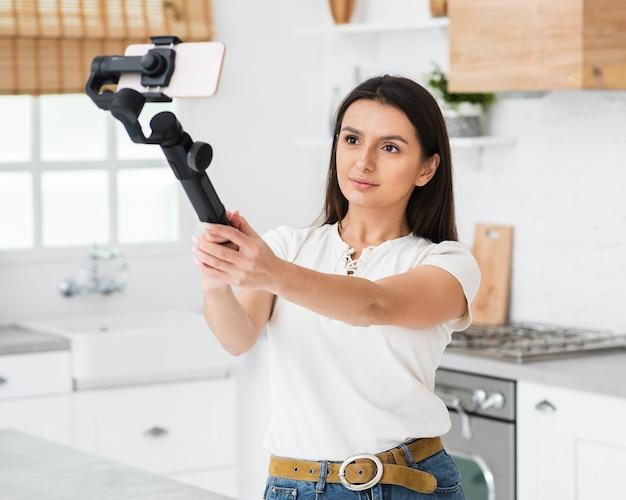 Młoda kobieta nagrywanie z jej telefonu