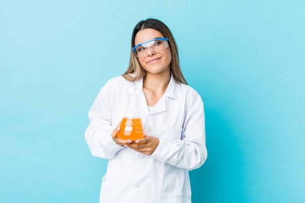 Młoda kobieta naukowa marząca o osiągnięciu celów