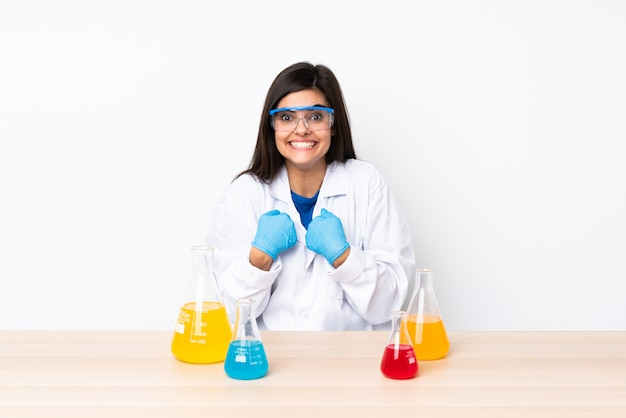 Młoda kobieta naukowa w tabeli z zaskoczenia wyraz twarzy