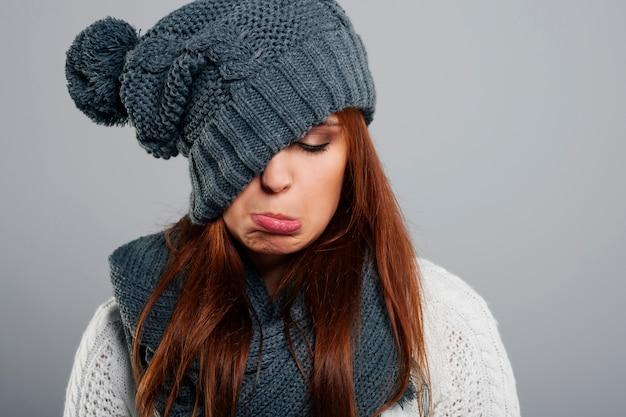 Młoda kobieta nie lubi zimy