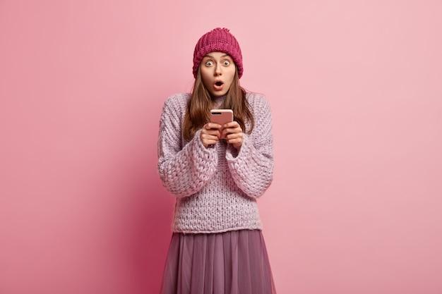 Młoda kobieta nosi kolorowe zimowe ubrania