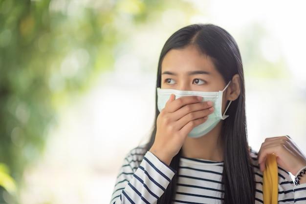 Młoda kobieta nosi maskę