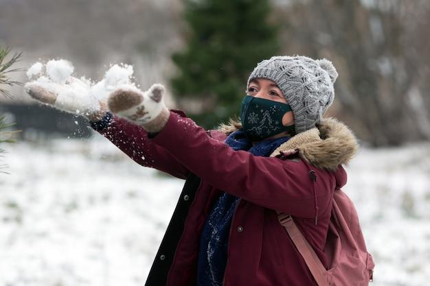 Młoda kobieta nosi ptotective maseczka na twarz