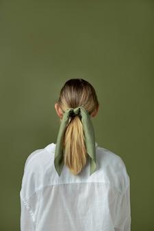 Młoda Kobieta Nosząca Chusteczkę Jako Dodatek Do Włosów Darmowe Zdjęcia