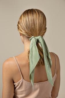 Młoda kobieta nosząca chusteczkę jako dodatek do włosów