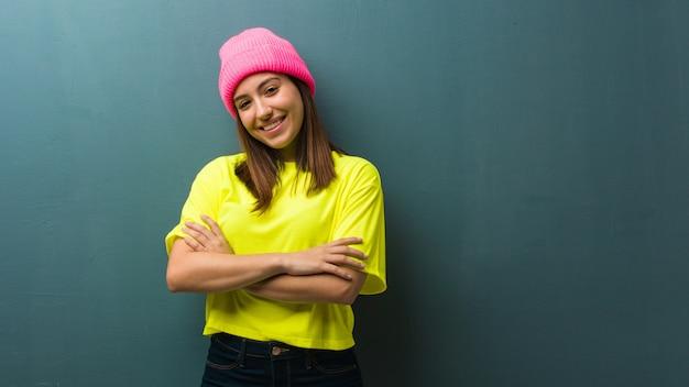 Młoda kobieta nowoczesne przekraczania broni, uśmiechnięty i zrelaksowany