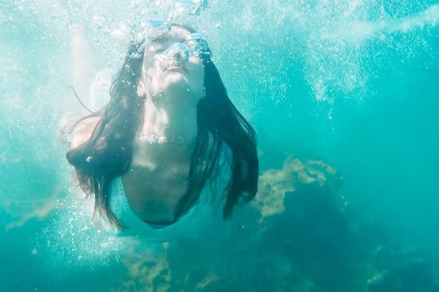 Młoda kobieta, nurkowanie w białej sukni