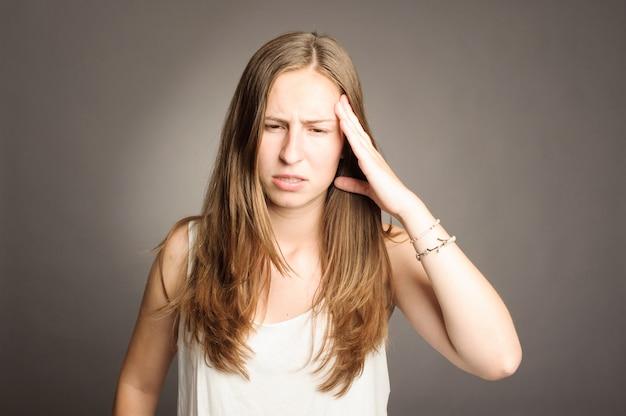 Młoda kobieta o ból głowy