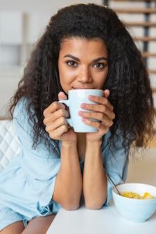 Młoda kobieta o filiżance kawy