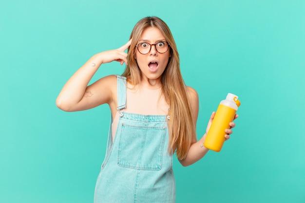 Młoda Kobieta O Gładkim Wyglądzie Zaskoczona, Realizująca Nową Myśl, Pomysł Lub Koncepcję Premium Zdjęcia