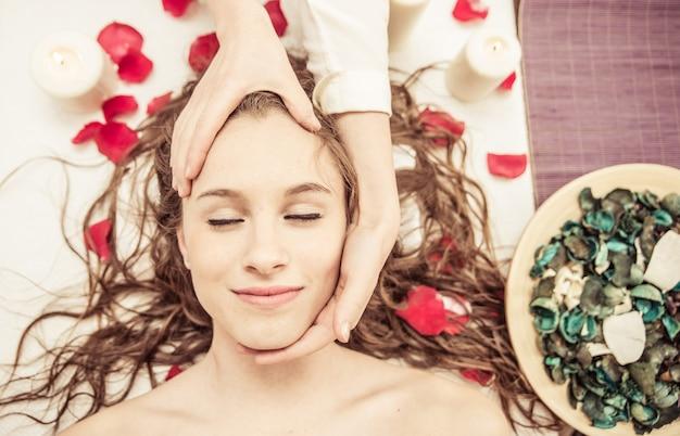 Młoda kobieta o masażu w salonie piękności