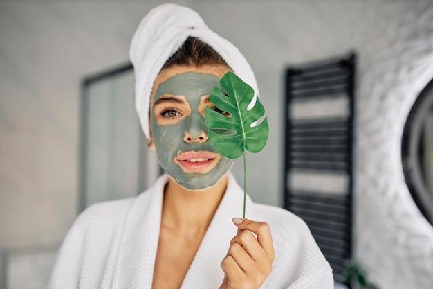 Młoda kobieta o naturalnej masce na twarzy