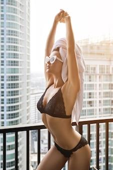 Młoda kobieta o pięknym ciele ma na sobie seksowną bieliznę