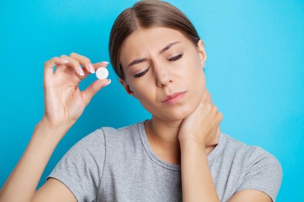 Młoda kobieta odczuwa silny ból szyi