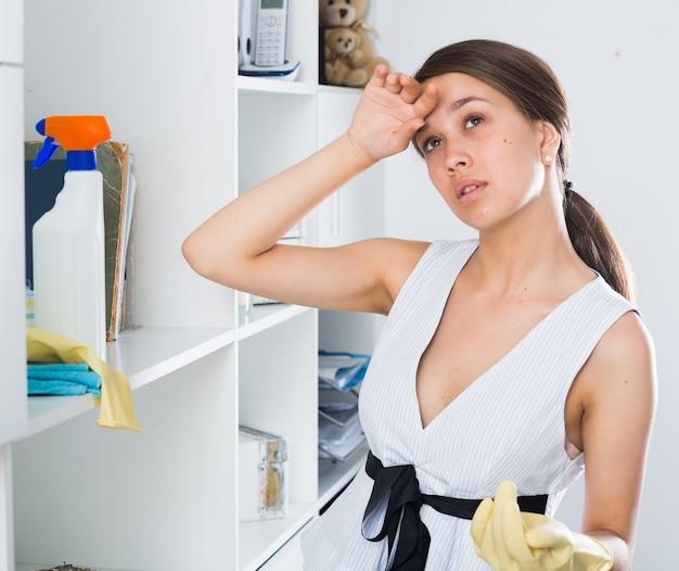 Młoda kobieta odpoczywa po oczyszczeniu
